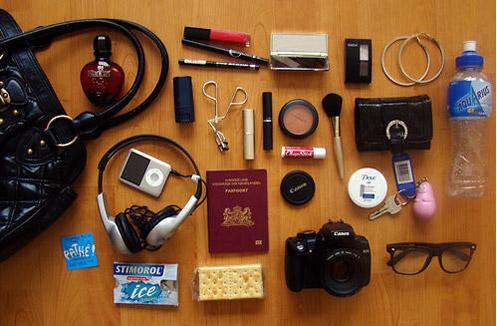 Полезные вещи внутри женской сумки